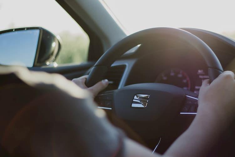 como sostener el volante