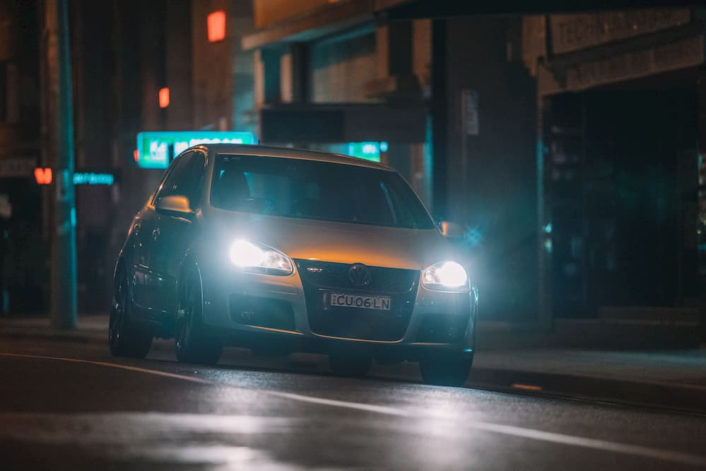 Las luces de tu coche: cuáles son y cómo utilizarlas