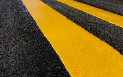 ¿Qué indican las líneas amarillas en la carretera?